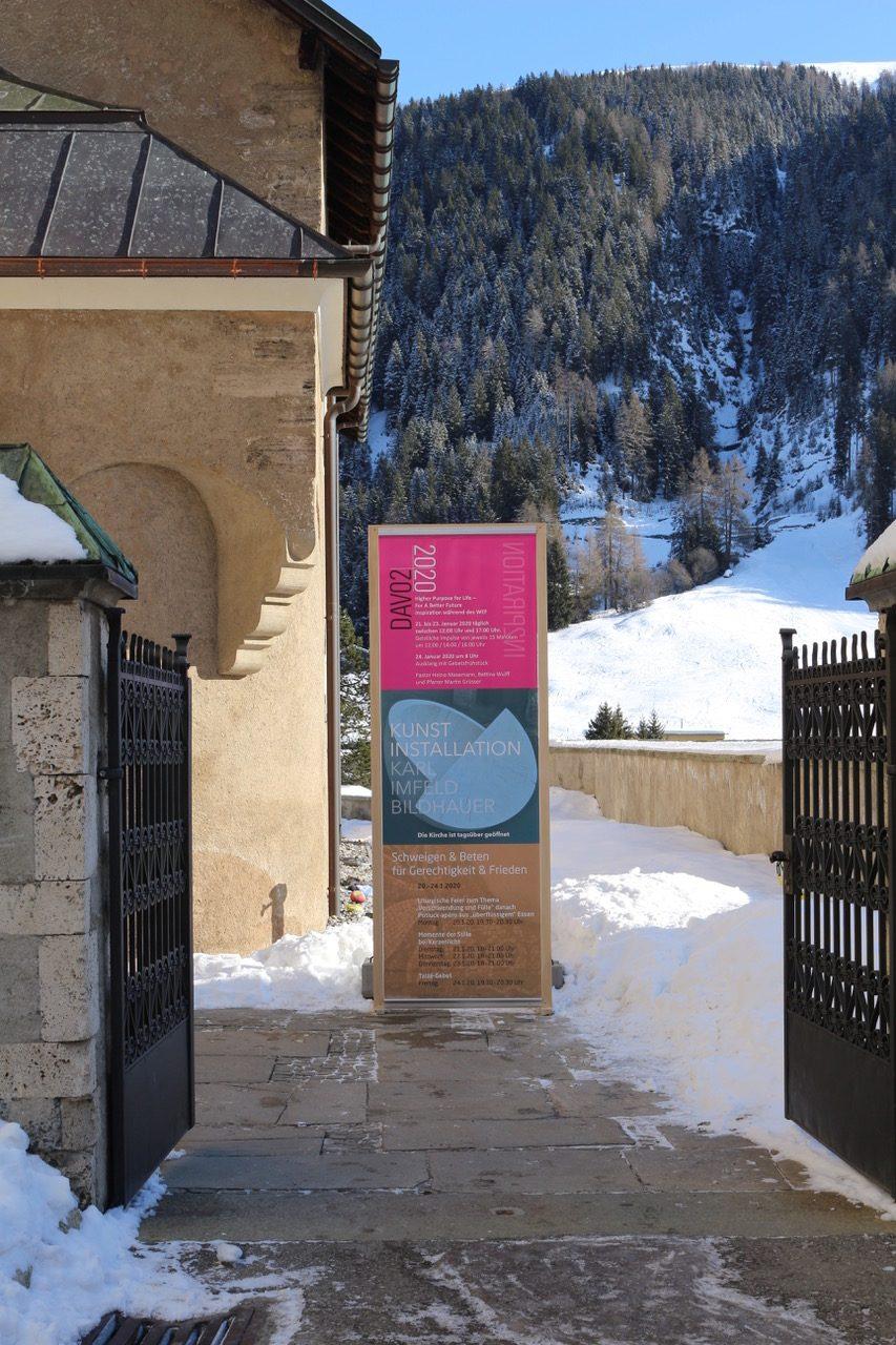 Zu sehen ist das Eingangstor und die Oben aufgeführten Plakate des DAVOS 2020.