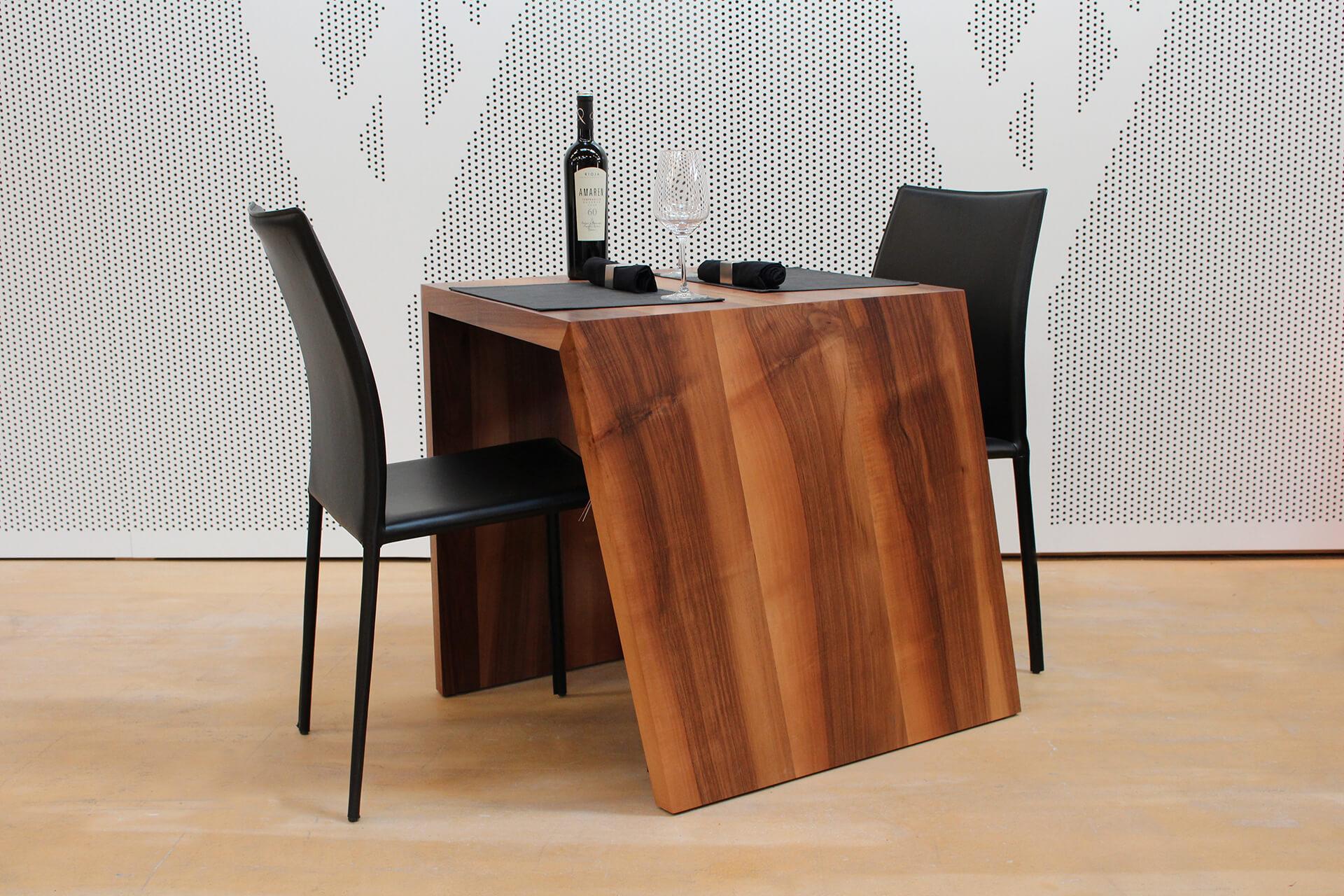 """Der eingedeckte """"CUBI 2er Tisch""""."""