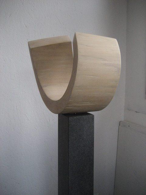 """Die Skulptur """"Entfaltung und Begegnung"""" in der Seitenansicht."""
