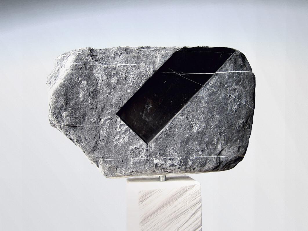 Die Skulptur Einschnitt von der einen Seite.