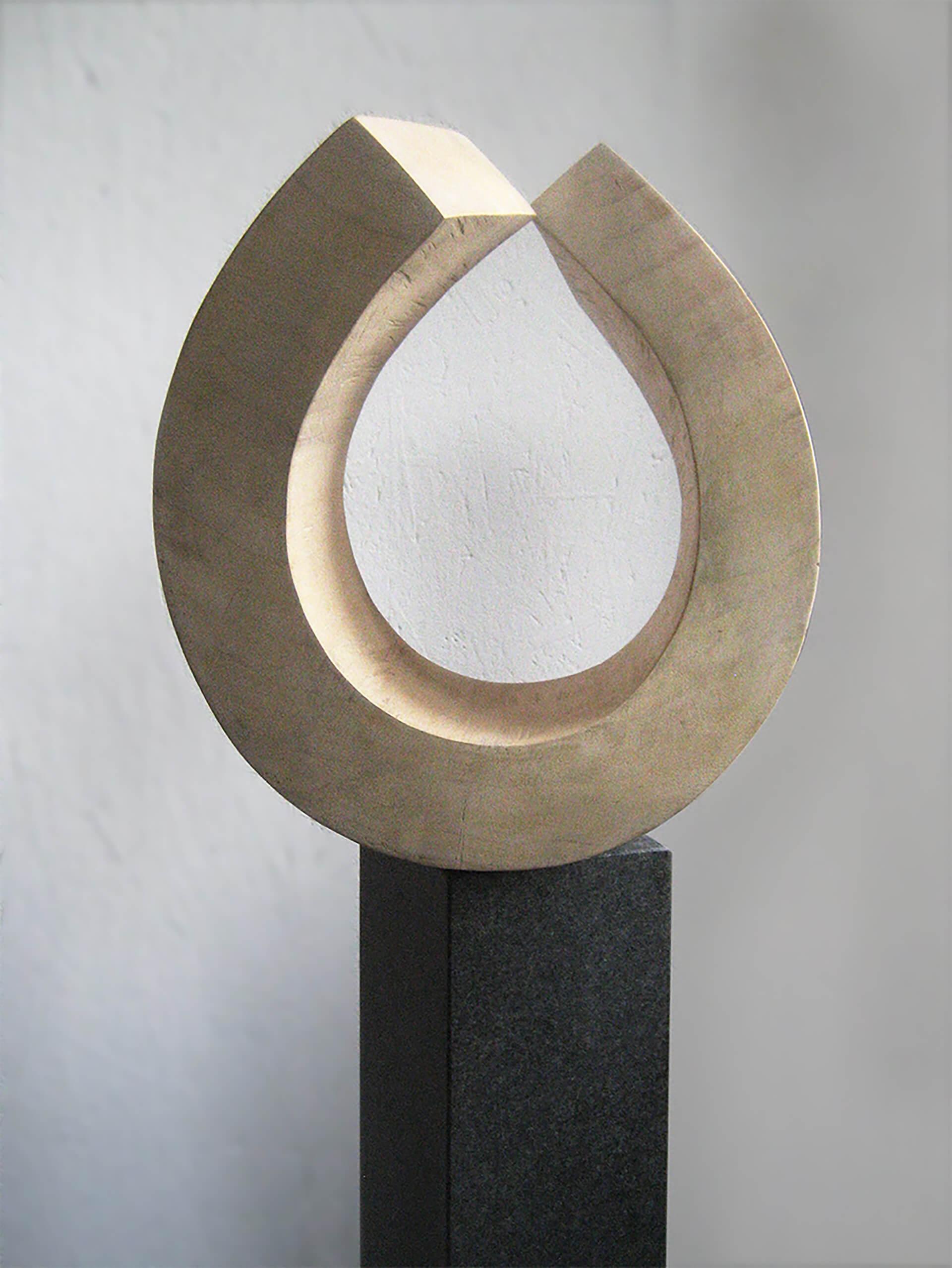 """Die Skulptur """"Entfaltung und Begegnung"""" frontal."""