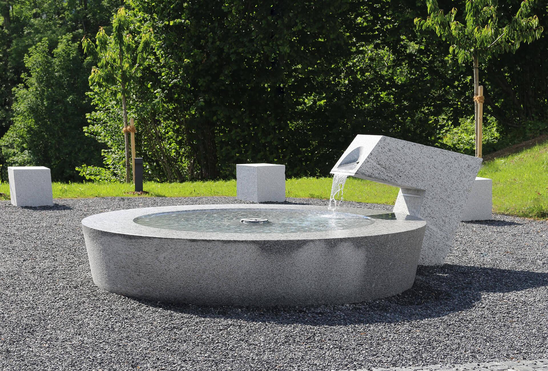 Steinerner Brunnen in der totalen Perspektive.