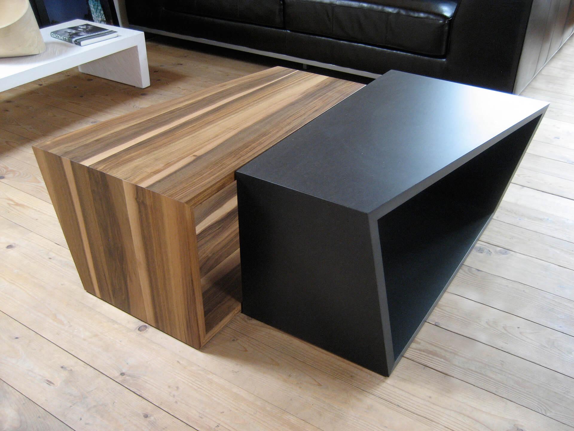 CUBI Tisch in Nuss und Schwarz.